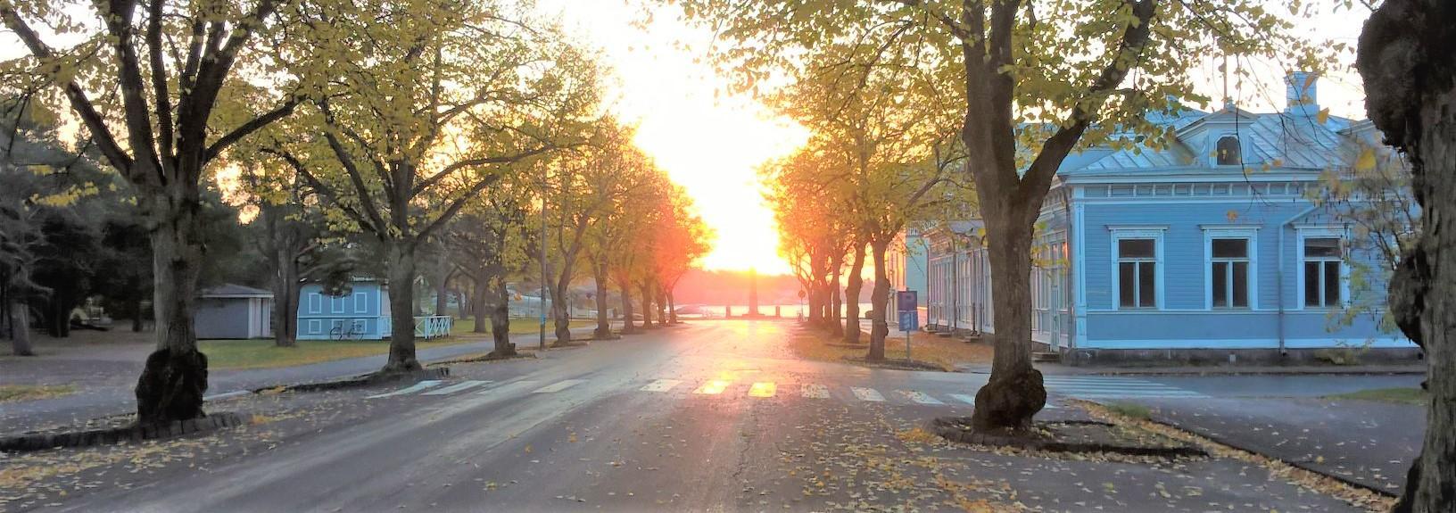 Auringonnousu ja Vapaudenpatsas Hangossa.