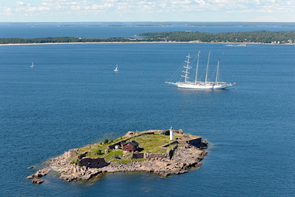 Ilmakuvassa näkyy Gustavsvärnin majakkasaari sekä Tulliniemen rantaa Hangossa.