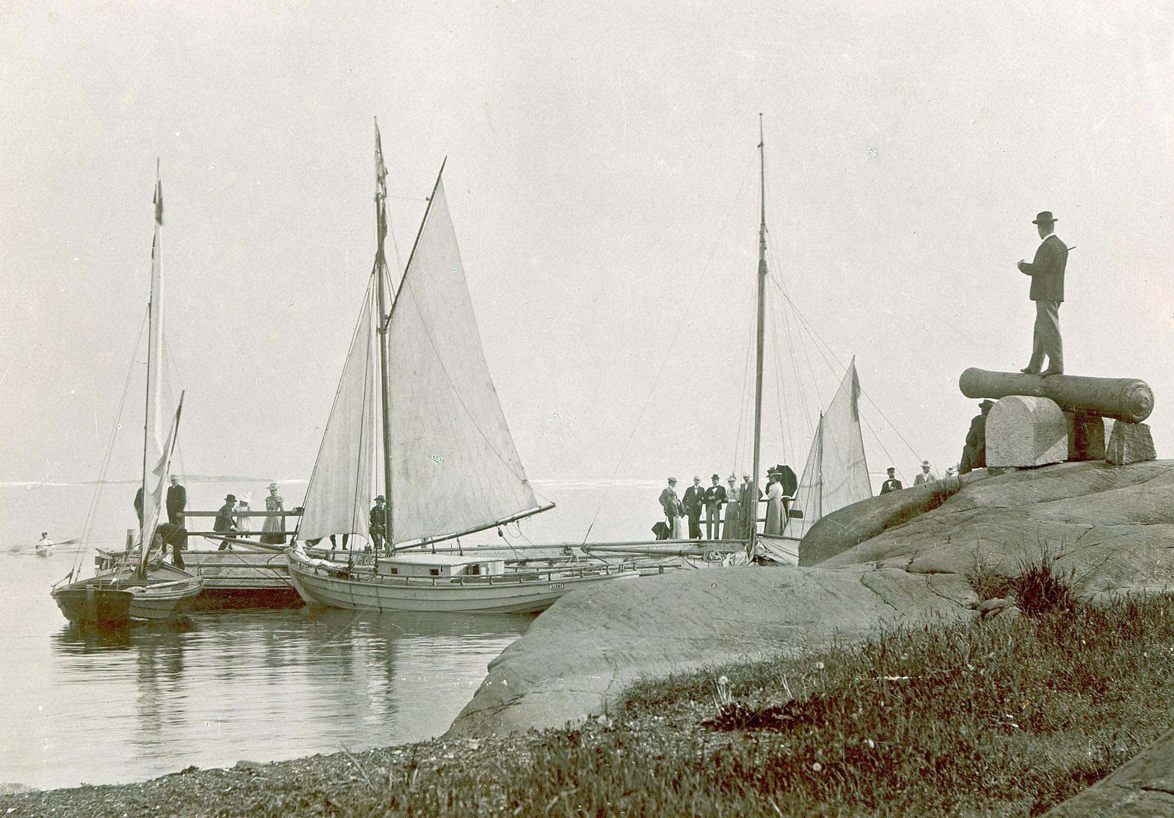 Kuva Hangon historiasta, rantalliot, purjeveneitä ja ihmisiä.