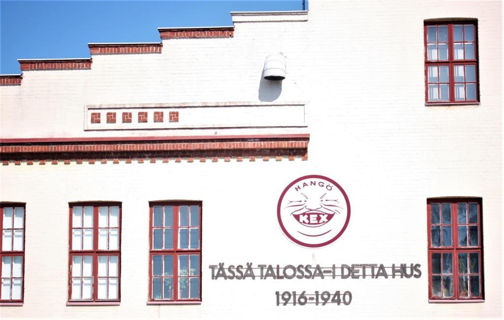 Kuvassa näkyy Hangon Keksin seinässä oleva kuistomerkki entiselle keksitehtaalle.
