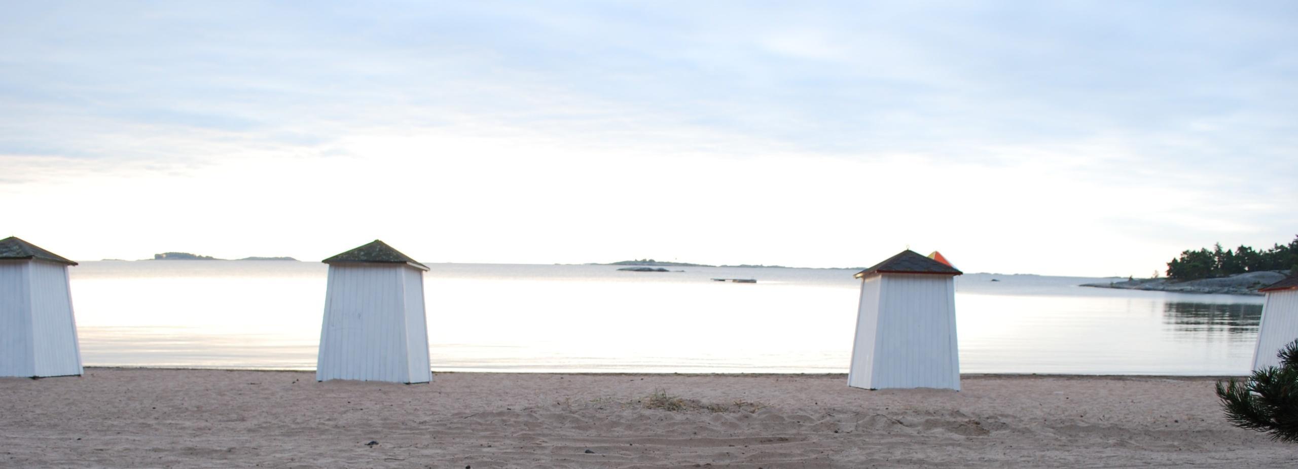 Kuvassa uimakoppeja Plagenin rannalla Hangossa.