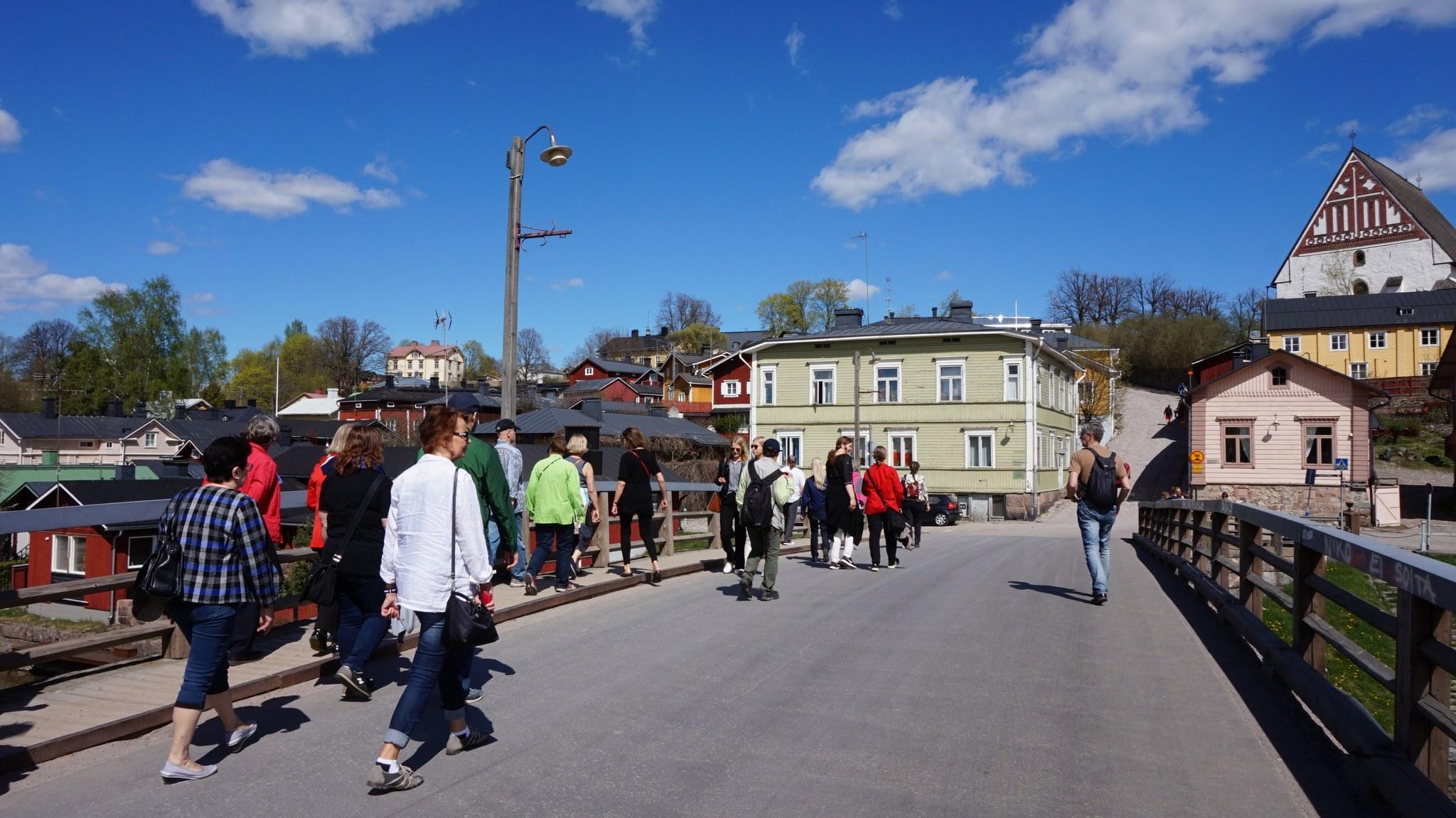 Matkailijaryhmä Vanhassa Porvoossa