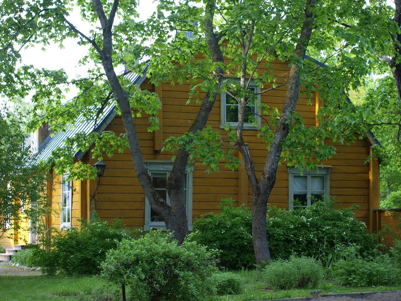 Kivalterin talo puiden siimeksessä