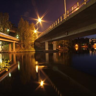 Heinolan maantiesilta iltavalaistuksessa
