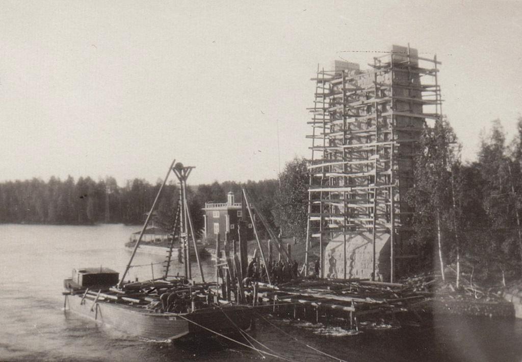 Rautiesillan rakennustyömaa, etualalla nosturiproomu ja taustalla keskeneräinen sillan pyloni