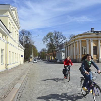 Pyöräilijöitä Turun Piispankadulla