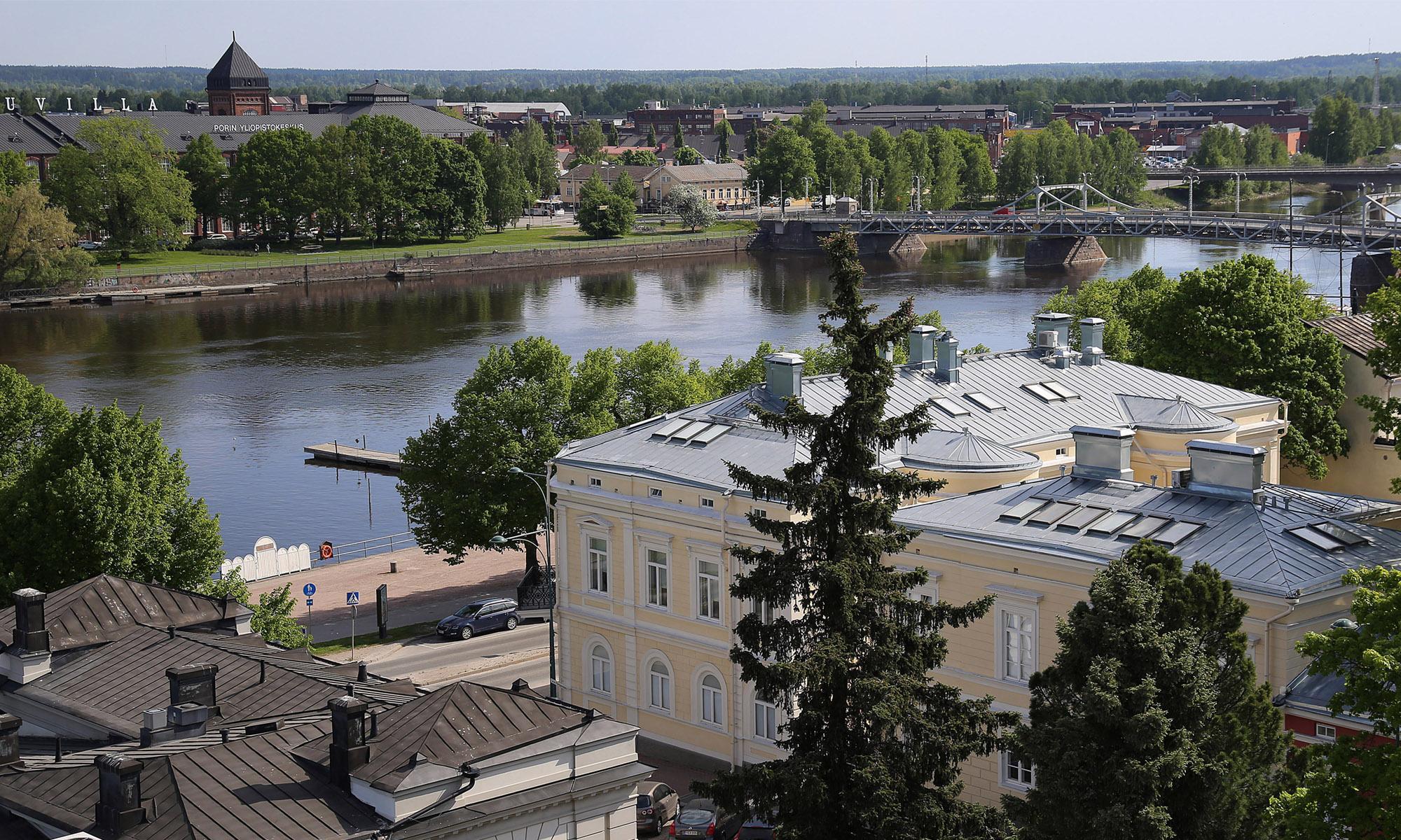 Raatihuoneen tornista Porin Puuvillan suuntaan otettu kuva, etualalla näkyy Kivi-Porin rakennuksia.