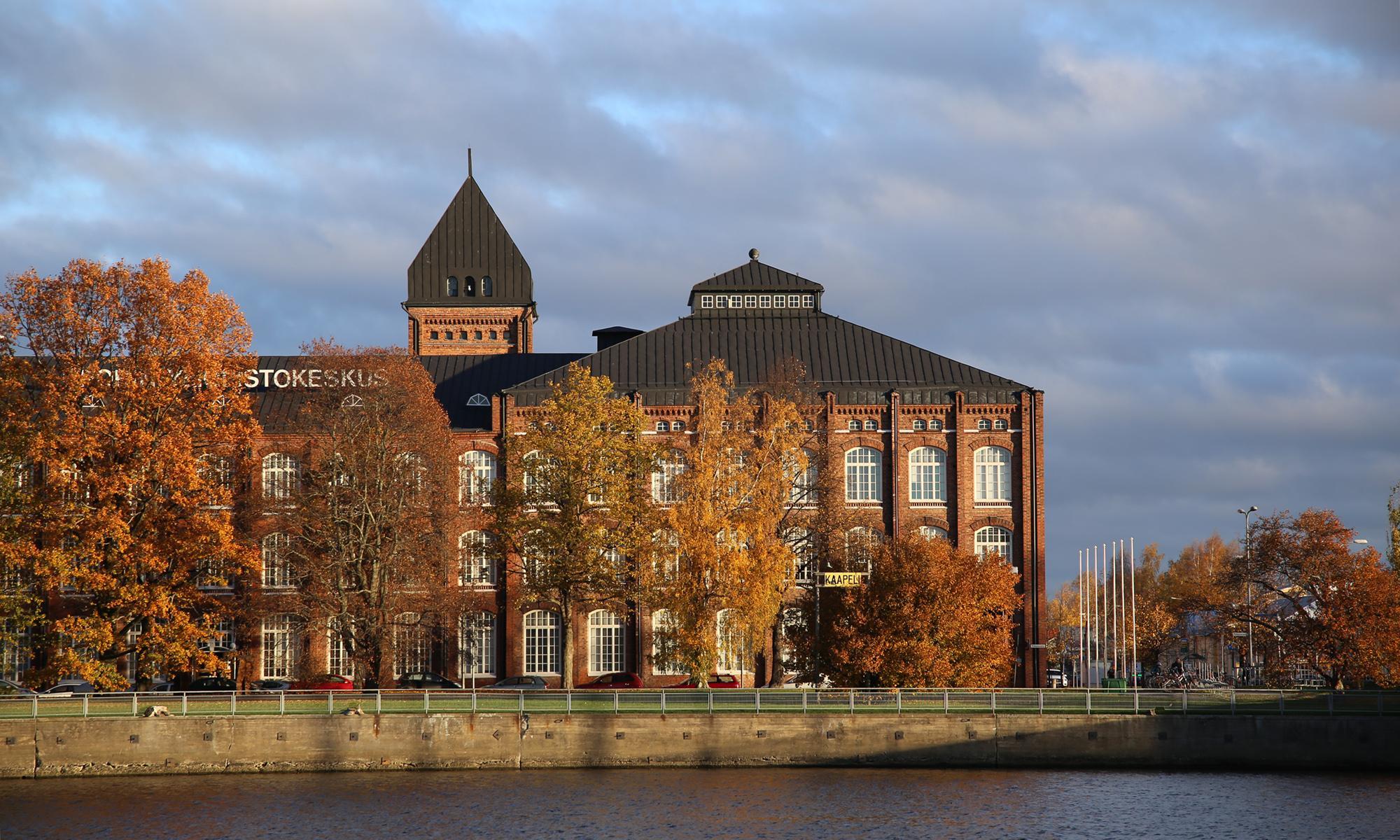 Porin puuvillan rakennusta Kokemäenjoen vastarannalta kuvattuna.