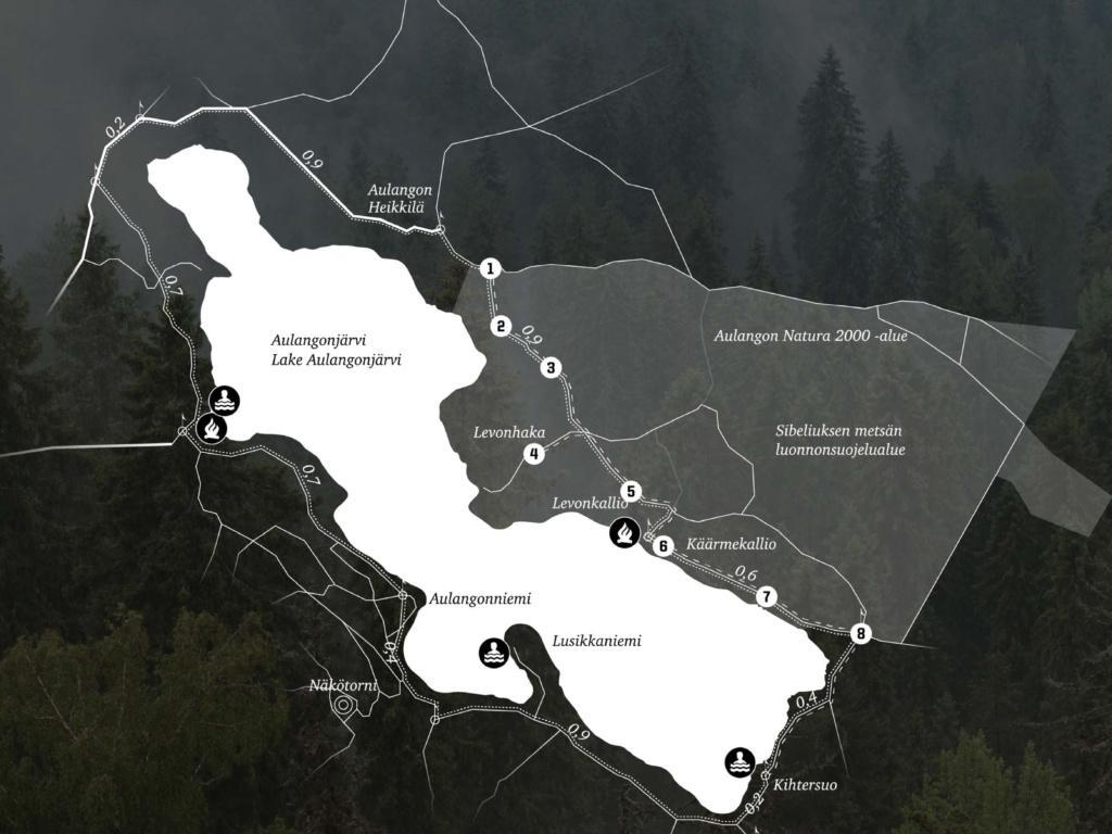 Tyylitelty havainnekartta Sibeliuksen metsän luonnonsuojelualueen sijoittumisesta Aulangonjärven itäpuolelle. Tummalla metsäisellä taustalla korostettuna reitit ja luontopolun opastuspaikat.