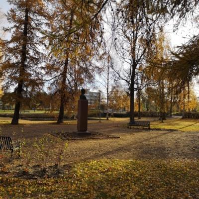Englanninpuisto syksyllä auringonpaisteessa.