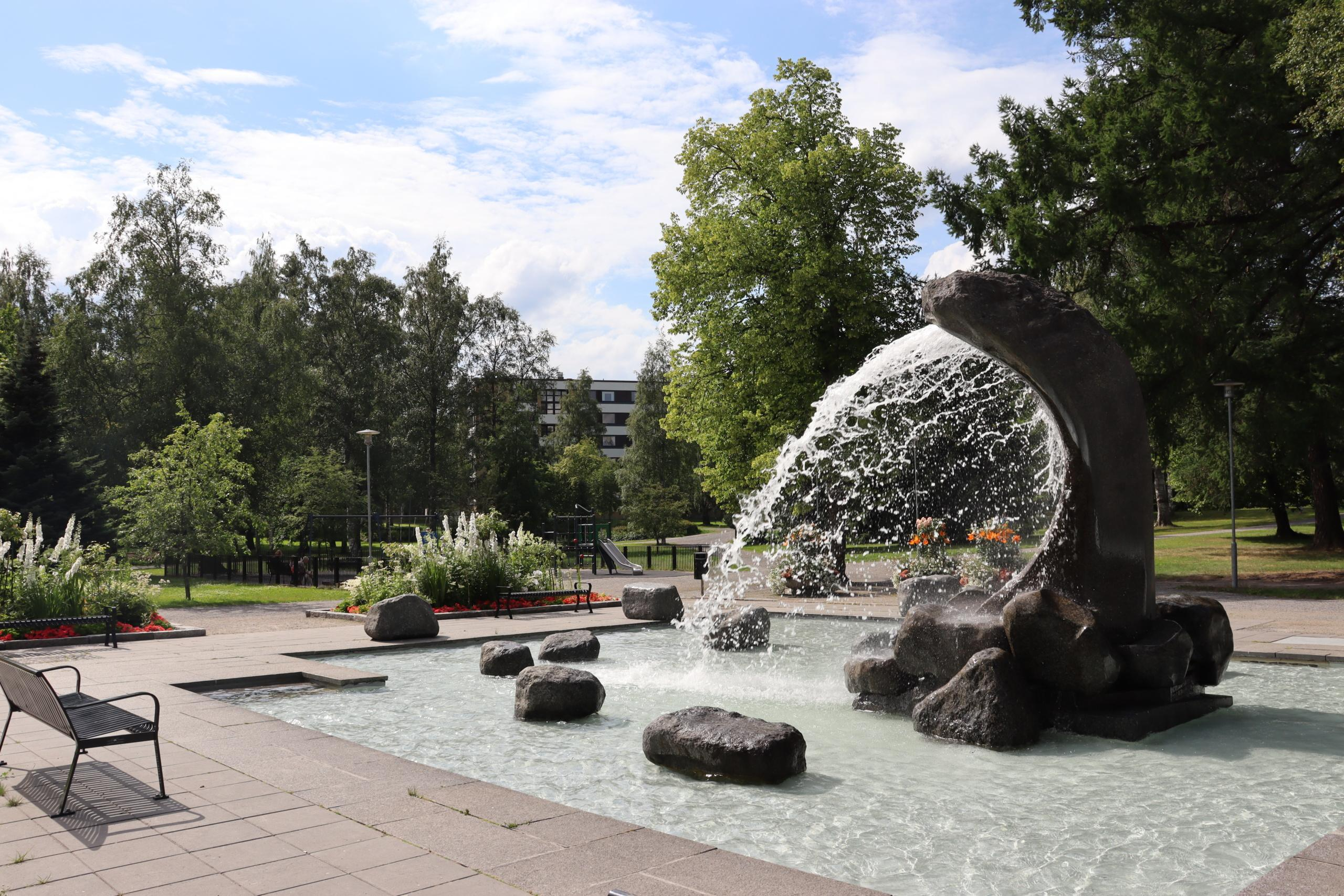 Länsipuiston Tyrsky-suihkulähde ja kesäkukkaistutukset